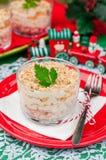 Σαλάτα κοτόπουλου, της Apple, τυριών και αυγών Χριστουγέννων που βάζουν σε στρώσεις με Mayo Στοκ Φωτογραφία