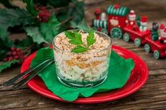 Σαλάτα κοτόπουλου, της Apple, τυριών και αυγών Χριστουγέννων που βάζουν σε στρώσεις με Mayo Στοκ φωτογραφία με δικαίωμα ελεύθερης χρήσης