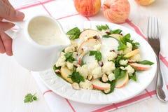 Σαλάτα κουνουπιδιών με τα μήλα και τα καρύδια Στοκ Φωτογραφίες