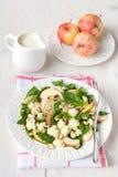 Σαλάτα κουνουπιδιών με τα μήλα και τα καρύδια Στοκ φωτογραφία με δικαίωμα ελεύθερης χρήσης