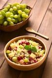 Σαλάτα κουσκούς με τα σταφύλια, τα καρύδια, το τυρί και το ρόδι Στοκ Φωτογραφία