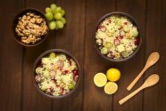 Σαλάτα κουσκούς με τα σταφύλια, το ρόδι, τα καρύδια και το τυρί Στοκ φωτογραφία με δικαίωμα ελεύθερης χρήσης