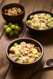 Σαλάτα κουσκούς με τα σταφύλια, το ρόδι, τα καρύδια και το τυρί Στοκ φωτογραφίες με δικαίωμα ελεύθερης χρήσης