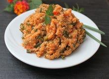 Σαλάτα κουσκούς με τις ντομάτες, το χυμό πρασίνων και λεμονιών και το ελαιόλαδο, τουρκικό εθνικό πιάτο Στοκ Φωτογραφία