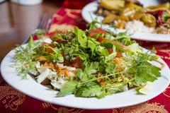 Σαλάτα μαϊντανού και ντοματών σε ένα άσπρο πιάτο στοκ φωτογραφία με δικαίωμα ελεύθερης χρήσης