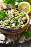Σαλάτα μελιτζάνας με το έλαιο, το χορτάρι και το σκόρδο ελιών Στοκ φωτογραφία με δικαίωμα ελεύθερης χρήσης