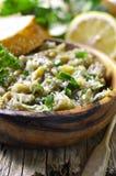 Σαλάτα μελιτζάνας με το έλαιο, το χορτάρι και το σκόρδο ελιών Στοκ εικόνες με δικαίωμα ελεύθερης χρήσης