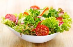 Σαλάτα με τα λαχανικά και τα πράσινα Στοκ φωτογραφία με δικαίωμα ελεύθερης χρήσης