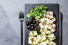 Σαλάτα με τα κολοκύθια, το τυρί φέτα, τις ελιές και το rucola, πιάτο πλακών Στοκ φωτογραφία με δικαίωμα ελεύθερης χρήσης