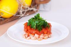 Σαλάτα με τα κόκκινα ψάρια και τα μαριναρισμένα καρότα Στοκ Εικόνες
