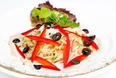 Σαλάτα με τα μήλα, το αγγούρι, το κόκκινο πιπέρι και τις ελιές Στοκ Εικόνα