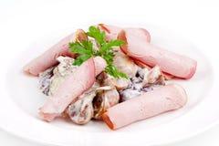 Σαλάτα με τα μανιτάρια και μπέϊκον στη σάλτσα Στοκ Εικόνες