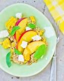 Σαλάτα με τα φρούτα, τα δημητριακά και το τυρί Στοκ Εικόνες