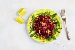 Σαλάτα με τα ψημένα τεύτλα, το arugula, τις σταφίδες και τα ξύλα καρυδιάς σε ένα πράσινο πιάτο με το εκλεκτής ποιότητας δίκρανο σ Στοκ φωτογραφία με δικαίωμα ελεύθερης χρήσης