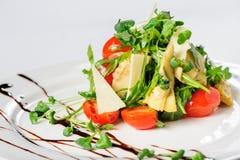 Σαλάτα με την αγκινάρα στο άσπρο πιάτο Στοκ Εικόνες