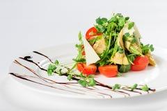Σαλάτα με την αγκινάρα στο άσπρο πιάτο Στοκ φωτογραφία με δικαίωμα ελεύθερης χρήσης