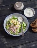 Σαλάτα με την καπνισμένη Τουρκία, το αγγούρι και το βρασμένο αυγό σε ένα σκοτεινό ξύλινο υπόβαθρο Στοκ φωτογραφίες με δικαίωμα ελεύθερης χρήσης