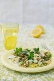 Σαλάτα με την κολοκύνθη, το μπλε τυρί, τα ξύλα καρυδιάς και τη σάλτσα γιαουρτιού Στοκ φωτογραφία με δικαίωμα ελεύθερης χρήσης