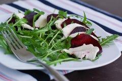 Σαλάτα με τη μοτσαρέλα, παντζάρια μαρουλιού ande Στοκ εικόνες με δικαίωμα ελεύθερης χρήσης