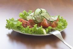 Σαλάτα με τις ντομάτες και τα αγγούρια Στοκ φωτογραφία με δικαίωμα ελεύθερης χρήσης