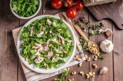 Σαλάτα με τις ντομάτες και τα ψημένα καρύδια Στοκ φωτογραφία με δικαίωμα ελεύθερης χρήσης