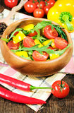 Σαλάτα με τις ντομάτες κερασιών και rugula σε ένα ξύλινο κύπελλο Στοκ Εικόνα