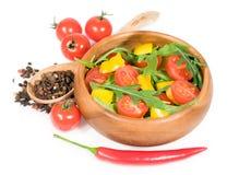 Σαλάτα με τις ντομάτες κερασιών, τα γλυκά πιπέρια και το arugula σε ένα ξύλινο κύπελλο Στοκ φωτογραφία με δικαίωμα ελεύθερης χρήσης