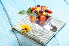 Σαλάτα με τις φράουλες και τα βακκίνια και βερίκοκα στην πετσέτα Στοκ Εικόνες