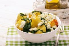 Σαλάτα με τις ψημένες πατάτες, το σπανάκι και φέτα Στοκ εικόνες με δικαίωμα ελεύθερης χρήσης