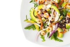 Σαλάτα με το αβοκάντο και γαρίδες στην άσπρη τοπ άποψη υποβάθρου Στοκ Εικόνες