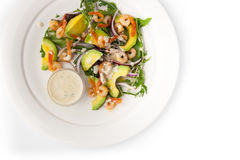 Σαλάτα με το αβοκάντο και γαρίδες στο άσπρο κεραμικό πιάτο Στοκ Εικόνες