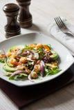 Σαλάτα με το αβοκάντο και γαρίδες στο κεραμικό πιάτο με το δονητή αλατιού και πιπεριών Στοκ εικόνα με δικαίωμα ελεύθερης χρήσης