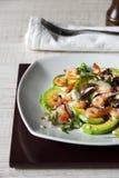 Σαλάτα με το αβοκάντο, τις γαρίδες και το arugula στο κεραμικό πιάτο Στοκ Εικόνες