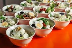 Σαλάτα με το αυγό ορτυκιών και ελιές, φέτα, arugula σε ένα άσπρο πιάτο Katering Στοκ Φωτογραφία