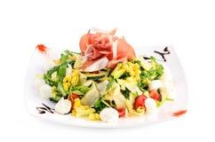 Σαλάτα με το λαχανικό και ζαμπόν στο λευκό Στοκ Φωτογραφία