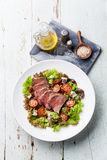 Σαλάτα με το βόειο κρέας ψητού Στοκ Εικόνες