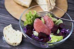 Σαλάτα με το γκρέιπφρουτ, το κόκκινο λάχανο, τα τεύτλα και το μαρούλι Ψωμί Στοκ φωτογραφίες με δικαίωμα ελεύθερης χρήσης