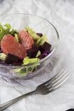 Σαλάτα με το γκρέιπφρουτ, το κόκκινο λάχανο, τα τεύτλα και το μαρούλι Ψωμί Στοκ Φωτογραφία