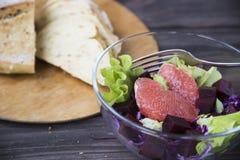 Σαλάτα με το γκρέιπφρουτ, το κόκκινο λάχανο, τα τεύτλα και το μαρούλι Ψωμί Στοκ Εικόνες