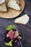 Σαλάτα με το γκρέιπφρουτ, το κόκκινο λάχανο, τα τεύτλα και το μαρούλι Ψωμί Στοκ εικόνα με δικαίωμα ελεύθερης χρήσης