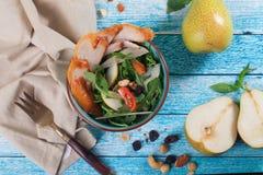 Σαλάτα με το καπνισμένο κοτόπουλο, αχλάδι και arugula sid από Στοκ Εικόνα