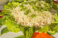Σαλάτα με το καλαμάρι και τα παστωμένα κρεμμύδια Στοκ Εικόνες