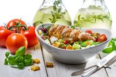 Σαλάτα με το κοτόπουλο, την ντομάτα, την ελιά και τα φρέσκα χορτάρια Στοκ φωτογραφία με δικαίωμα ελεύθερης χρήσης