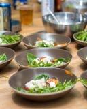 Σαλάτα με το μαγείρεμα μοτσαρελών Στοκ Εικόνες