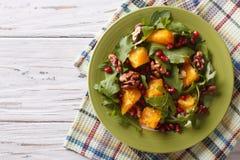 Σαλάτα με το ρόδι, τα πορτοκάλια, το arugula και τα καρύδια Οριζόντιος Στοκ Εικόνα