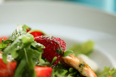 Σαλάτα με το σολομό στο άσπρο πιάτο Υγιής έννοια φωτογραφιών τροφίμων κατανάλωσης τρόπου ζωής μακρο φράουλα στην εστίαση Στοκ φωτογραφία με δικαίωμα ελεύθερης χρήσης