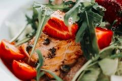 Σαλάτα με το σολομό στο άσπρο πιάτο Υγιής έννοια φωτογραφιών τροφίμων κατανάλωσης τρόπου ζωής μακρο φράουλα στην εστίαση Στοκ Εικόνες