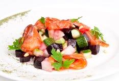 Σαλάτα με το σολομό, το τεύτλο, potatoe, το αγγούρι και Στοκ φωτογραφία με δικαίωμα ελεύθερης χρήσης