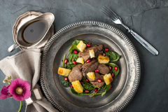 Σαλάτα με το συκώτι κοτόπουλου και σπανάκι στην εκλεκτής ποιότητας τοπ άποψη μεταλλικών πιάτων Στοκ εικόνες με δικαίωμα ελεύθερης χρήσης