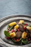 Σαλάτα με το συκώτι κοτόπουλου και σπανάκι στην εκλεκτής ποιότητας κατακόρυφο μεταλλικών πιάτων Στοκ Φωτογραφία